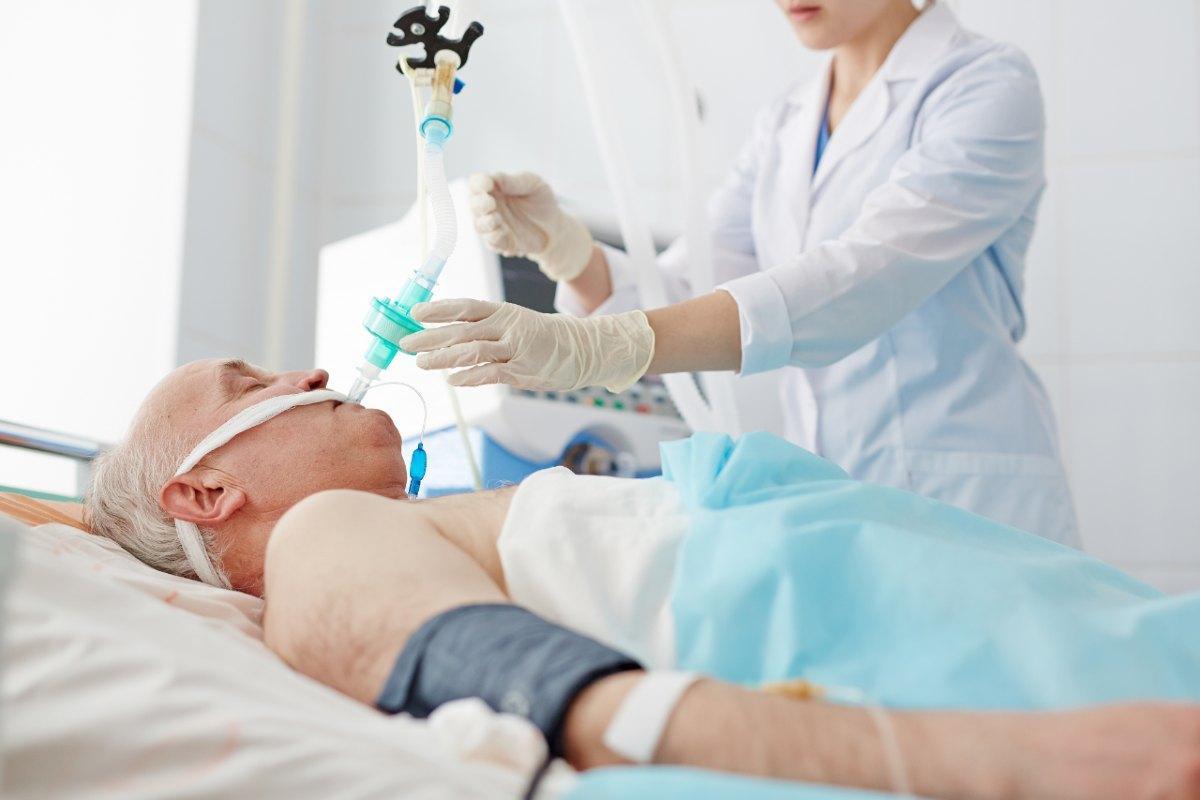 Un paciente infectado por el virus Covid-19 recibiendo asistencia en la Unidad de Cuidados Intensivos.